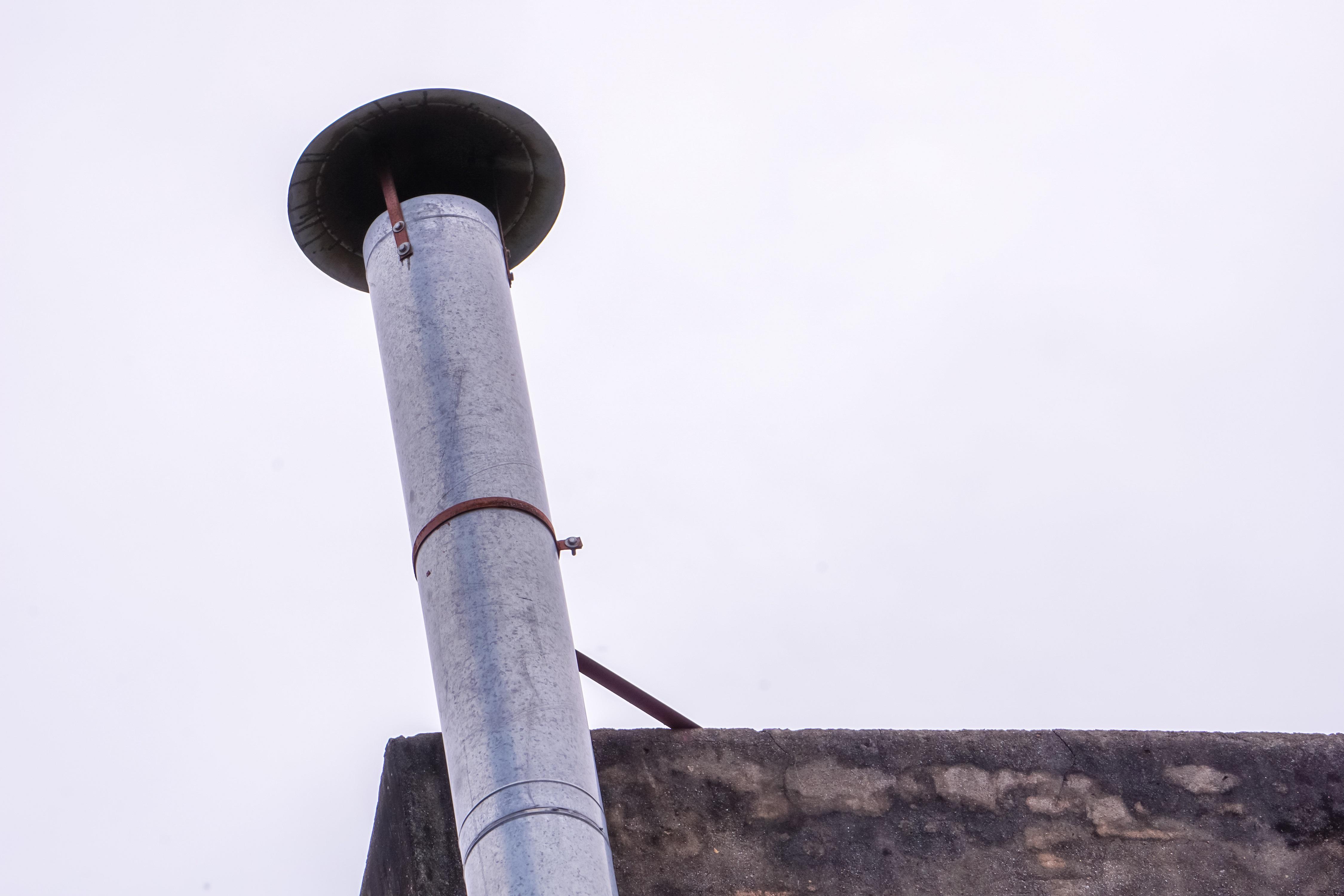 ¿Y si la instalación de un tubo extractor adosado a la fachada de la comunidad es la única solución técnica que permite continuar con la actividad?